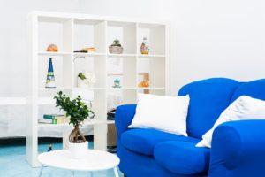 Bilocale dettaglio divano e libreria